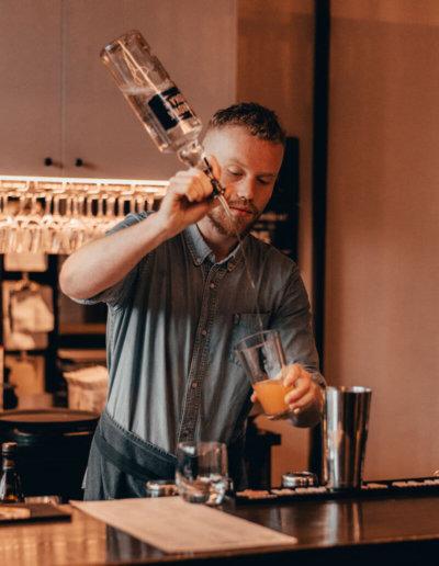 oasis-hostels-jobs-barman-nightlife